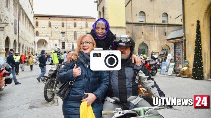 La motobefana, la vecchietta in moto per donare i suoi regali