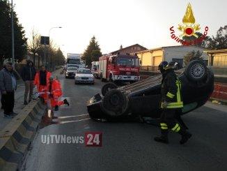 Incidente stradale con ferito in via Morandi a Città di Castello, auto si ribalta