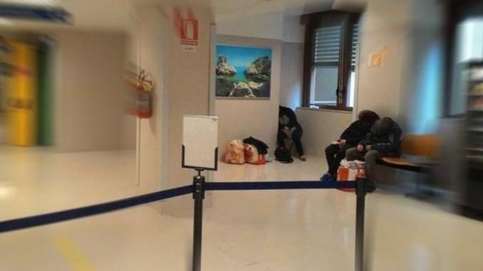 Senza tetto all'ospedale di Perugia, sloggiati dalla polizia di Stato