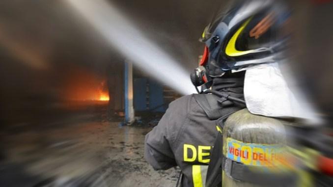 Investito da fiammata mentre accendeva camino, muore 67enne