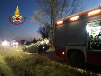 Incidente stradale all'alba auto si ribalta alle porte di Perugia tre in opesale