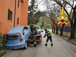 Auto rimane incastrata su una ringhiera, la foto dell'intervento
