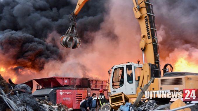 Grosso incendio a Ponte San Giovanni, fiamme alla Biondi recuperi FOTO E VIDEO