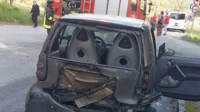 Auto prende a fuoco nei pressi dell'ospedale ad Assisi