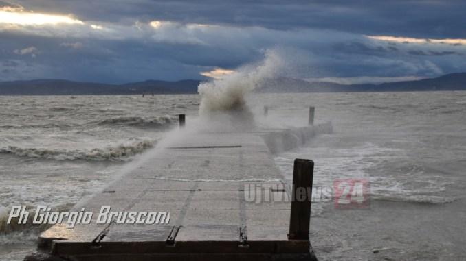 Lago Trasimeno in tempesta, vento forte e onde alte come mare