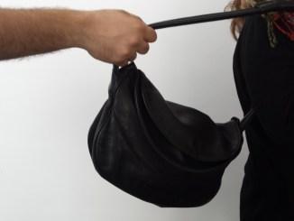 Scippa la borsa ad una donna a Ponte San Giovanni e fugge via
