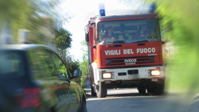 Incendio in casa, intossicati madre e due bambini piccoli