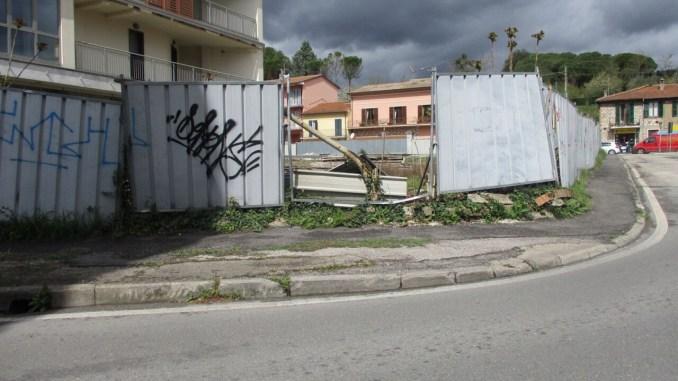 Degrado a Ponte San Giovanni, ancora sfondata recinzione in via Adriatica