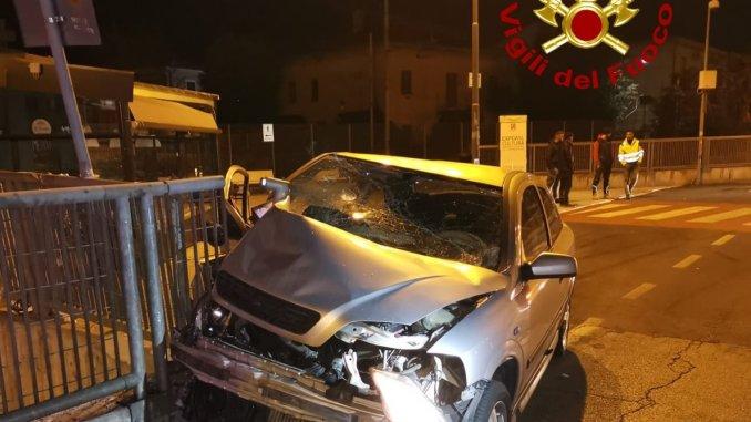 Incidente stradale a Foligno nel cuore della notte, auto distrutta, salvo conducente