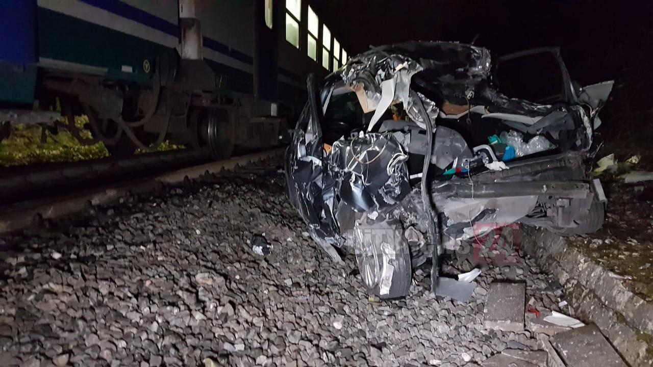 Treno travolge auto al passaggio a livello di Montebello, nessun ferito ↘FOTO↙