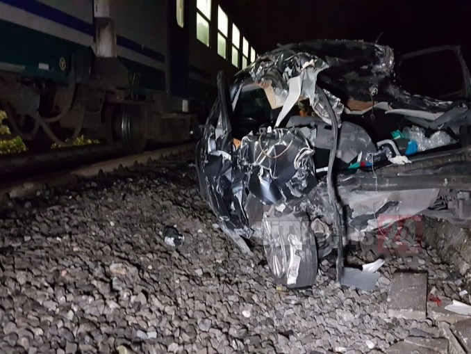 Incidente, scontro al passaggio a livello di Montebello tra auto e treno, nessun morto