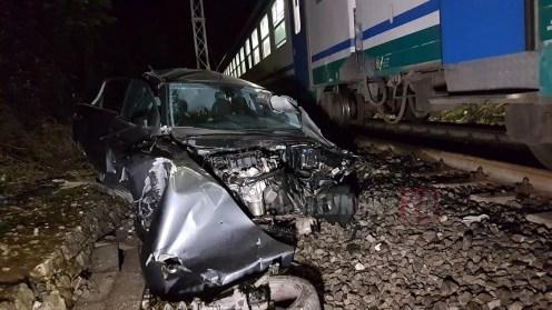 Treno travolge auto, 517 euro di multa al conducente per ogni minuto di ritardo dei convogli