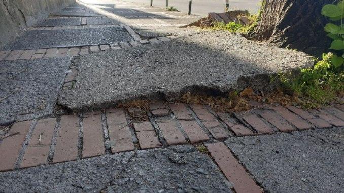 Strada colabrodo e piena di buche, impossibile camminarci