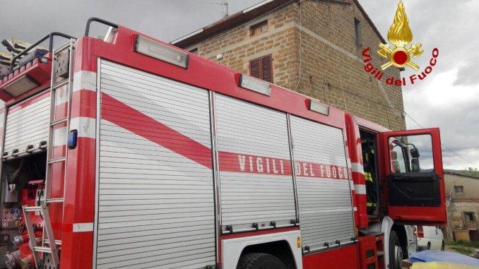 Incendio a Marciano, a fuoco una cucina, persona ustionata