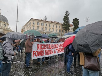 Terremoto, in centinaia a Montecitorio, ora agite, basta passerelle