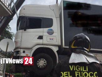 Camion travolge contatore di gas e quasi entra in una casa a Gubbio