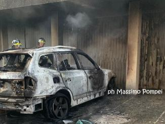 Suv in fiamme all'albaa Ponte San Giovanni, c'è una donna intossicata