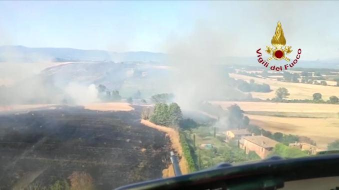 VIDEO - Incendio vegetazione a Castiglione del Lago, in volo con i Vigili del fuoco