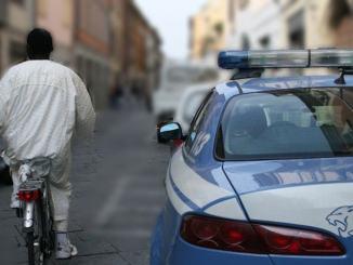 Fugge dalla polizia in bicicletta ma cade, aveva rubato un paio di scarpe