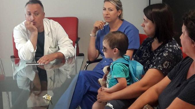 Bambino di due anni torna a nuova vita dopo un intervento chirurgico per una malformazione congenita.