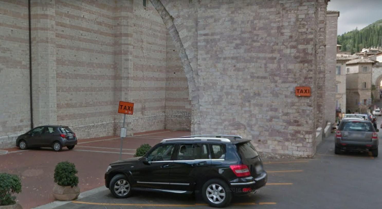 Si schianta con l'auto sull'arco della Basilica di Santa Chiara ad Assisi