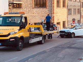 Incidente a Olmo di Perugia, auto contro scooter, sul posto polizia locale