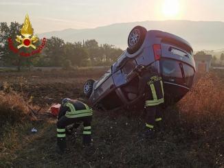 Incidente stradale capotta e va fuori strada, via in ospedale a Foligno