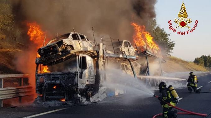 Furioso incendio distrugge un camion bisarca e auto a Cortona di Arezzo |VIDEO