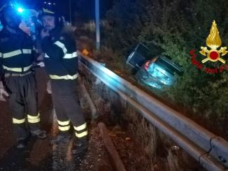 Incidente in superstrada, scontro tra due auto, una finisce nella scarpata