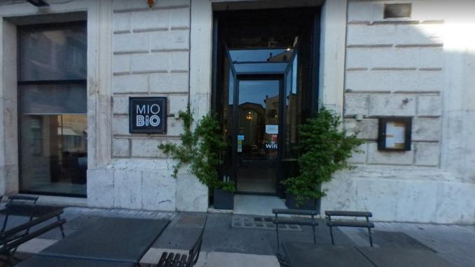 Minaccia cameriera con coltello, paura in un ristorante a Terni