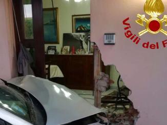 Incidente a Gualdo Cattaneo, un'auto sfonda ingresso di una casa, nessun ferito