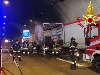 Incendio in galleria Muccia, a fuoco un camion, nessun ferito