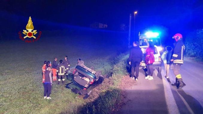 Incidente stradale a Gualdo Tadino, auto si ribalta, donna ferita