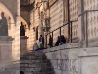 Terrore in centro a Perugia stranieri si prendono a calci, pugni e bottigliate