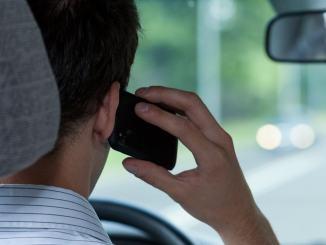 Telefonino all'orecchio e guida senza cinture per strada? Un po' di tutto