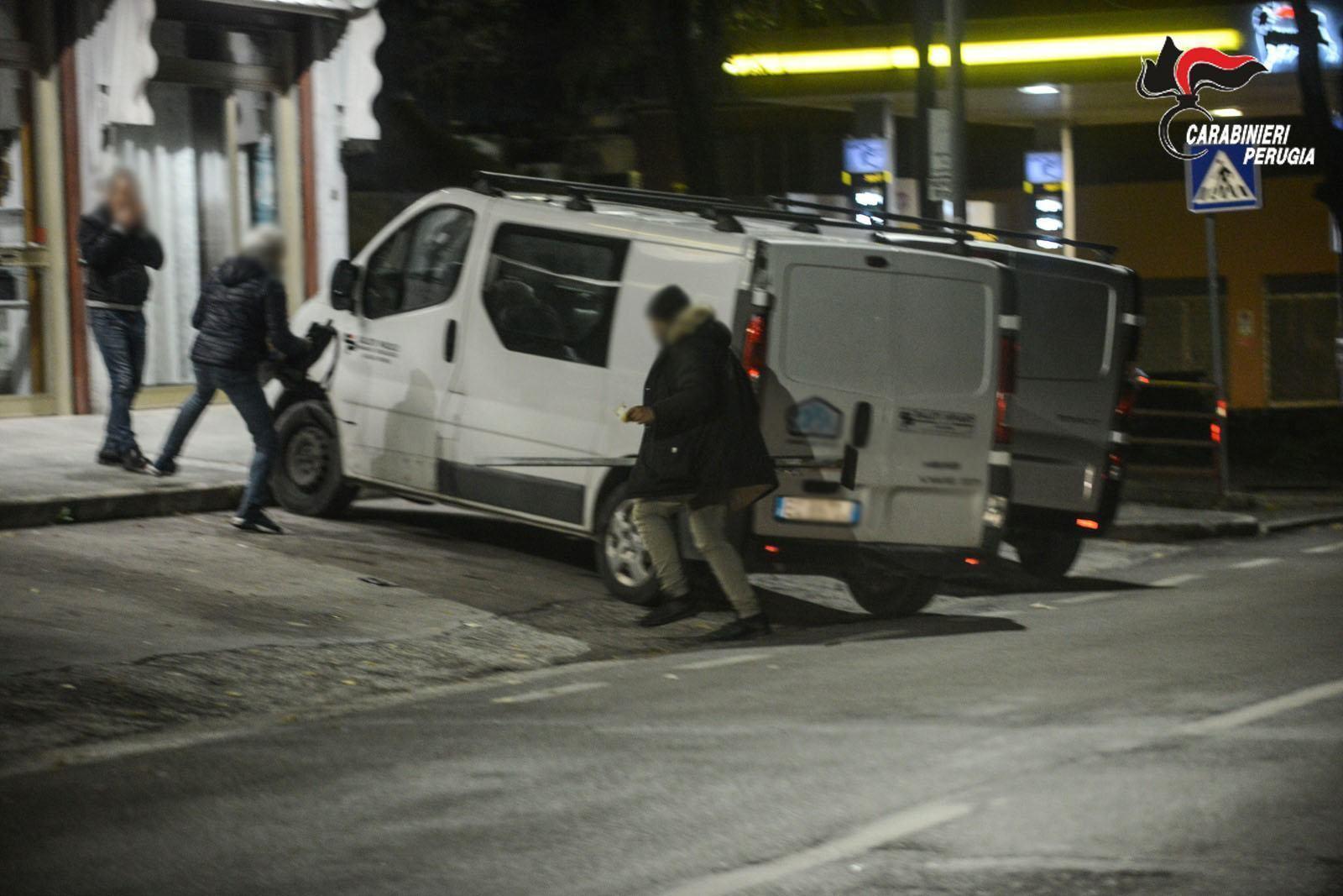 Panico nella notte, aggredisce passante con palo di ferro, arrestato