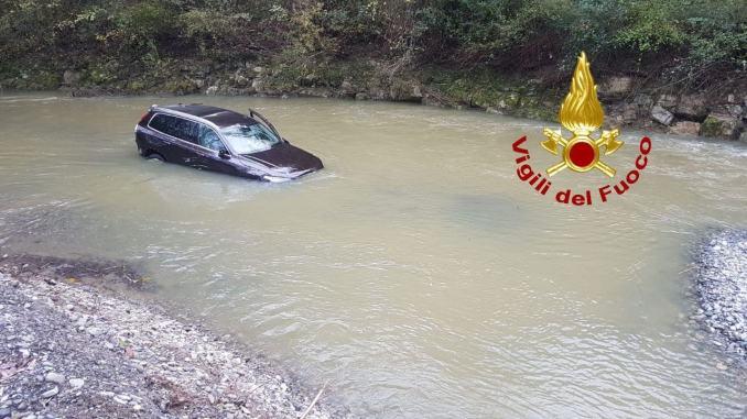 Auto finisce nel fiume e viene trascinata dalla corrente, nessuno a bordo. Recuperata!