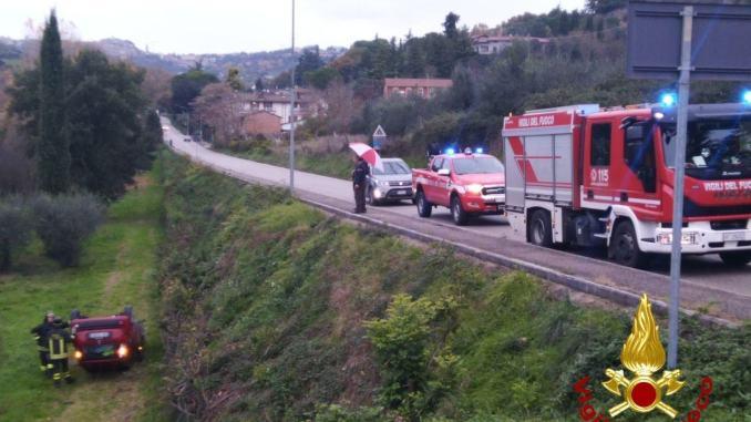 Auto in un burrone, volo di 7 metri, ferita donna in un incidente [FOTO]