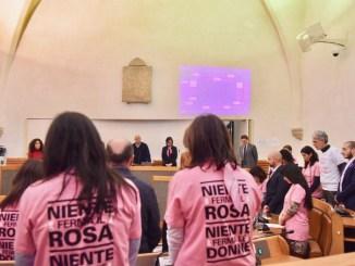 Lotta ai tumori femminili, consiglio comunale indossa magliette Pink is Good