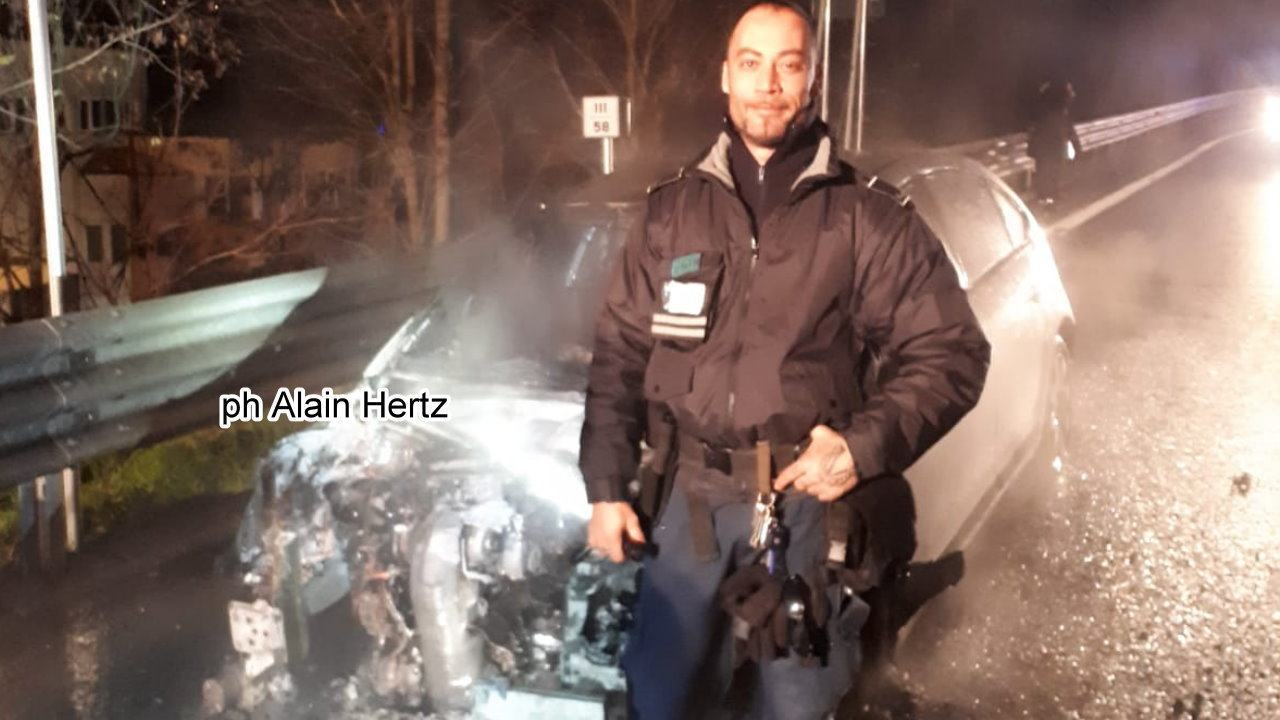 Auto divorata dalle fiamme incendio sul raccordo Perugia Bettolle [VIDEO]