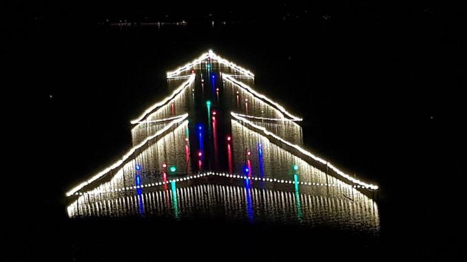 Acceso l'albero di Natale installato sulle acque del Lago Trasimeno