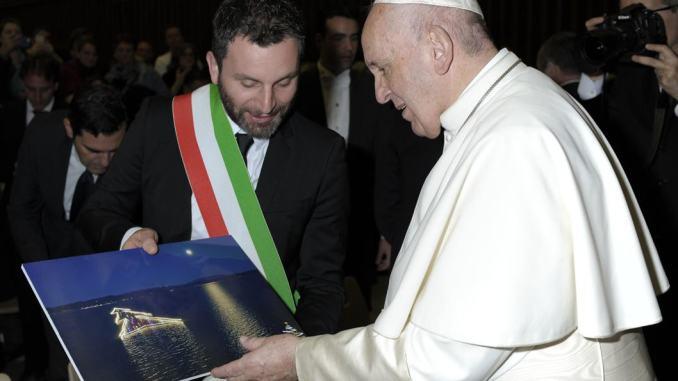 Albero di Natale del Trasimeno dal Papa foto al chiaro di luna per Bergoglio