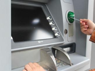Bancomat impazzito butta fuori duemila euro, coppia li trova e li restituisce in banca, ma...