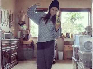 Amanda Knox non dimentica suo passato e indossa la divisa da prigione