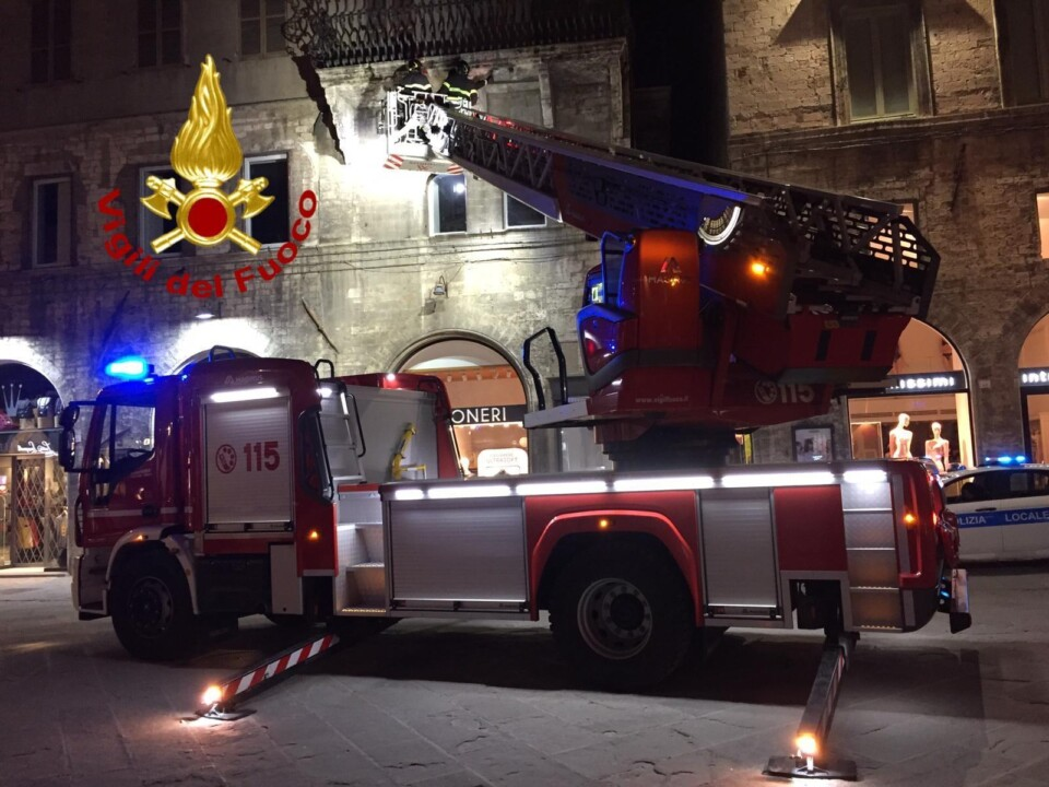 Cadono pezzi di balcone in Corso Vannucci a Perugia, nessun ferito | 📸