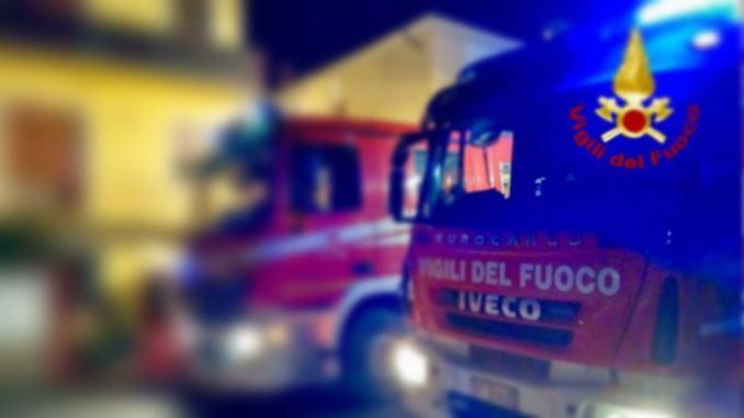 Lastre di vetro pericolanti in via Fratini a Terni, strada bloccata e rimozione
