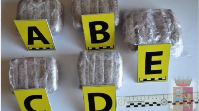 Controlli contenimento Covid19, Polizia trova droga tra generi alimentari