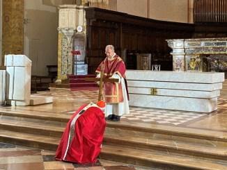 Celebrata dal cardinale Bassetti la Passione del Signore del Venerdì Santo