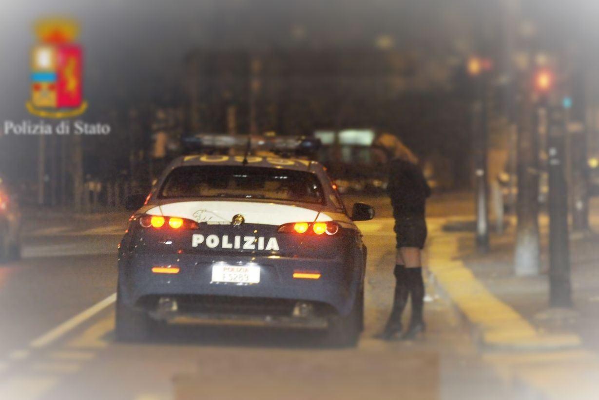 Rapinava clienti prostitute, cattura lampo, Volante arresta italiano di 54 anni