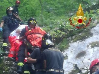 Investita dalla caduta di alcuni massi, ferita sul Monte Cucco
